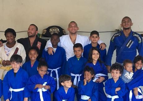 Vitor Ávila com as crianças de seu projeto social, localizado em Pedra de Guaratiba, no Rio (Foto: Divulgação)