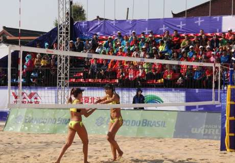 Maria Clara e Elize Maia estrearam contra dupla da China (Foto: FIVB)