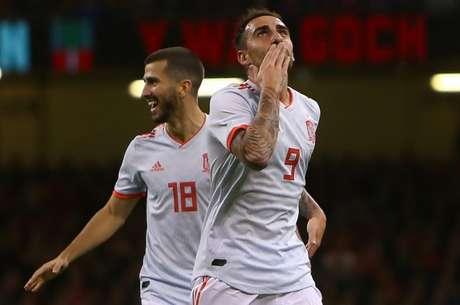 Alcácer marcou dois e comandou vitória da Espanha (Foto: AFP)
