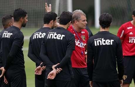 Diego Aguirre orienta os jogadores durante treino na Barra Funda - FOTO: Rubens Chiri/saopaulofc.net