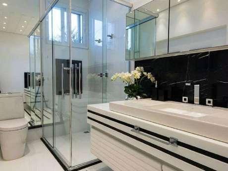 10. Decoração moderna para banheiro planejado preto e branco – Foto: Iara Kílaris