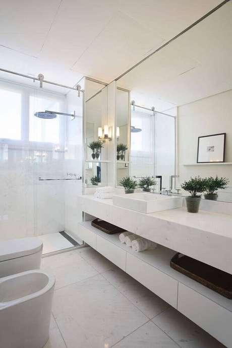 11. Armário de banheiro planejado todo branco com box de vidro – Foto: Débora Aguiar Arquitetos