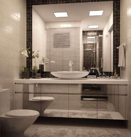 12. O modelo espelhado de armário de banheiro planejado pequeno é excelente para ampliar visualmente o espaço – Foto: Pinterest