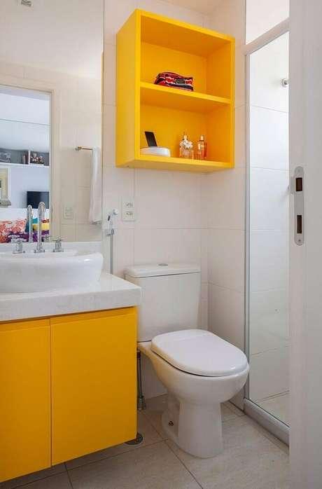 2. Decoração para banheiro pequeno planejado com nichos e armário amarelo – Foto: Pinterest