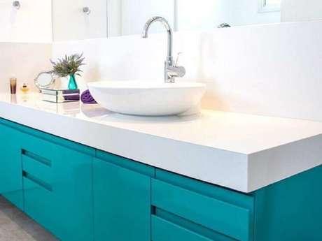 13. Invista em modelos coloridos de armário de banheiro planejado para dar um toque mais alegre na decoração – Foto: Estúdio Canarinho
