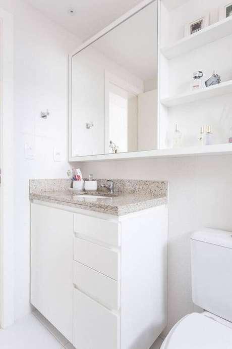 14. Armário planejado para banheiro todo branco com espelheira – Foto: Kali Arquitetura