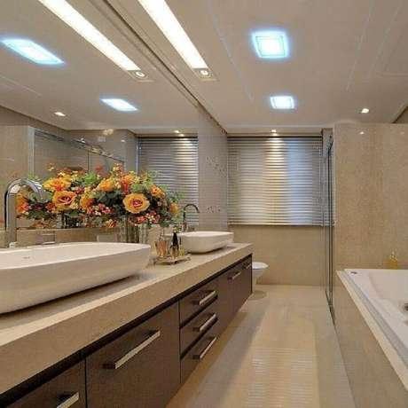 15. Tons neutros e arranjos de flores para decoração de banheiro planejado moderno – Foto: Mariane e Marilda Baptista
