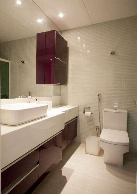 16. Decoração para banheiro planejado com grande espelho e armários na cor marsala – Foto: PMZ Arquitetura