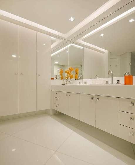 18. Armário planejado para banheiro todo branco – Foto: Pinterest