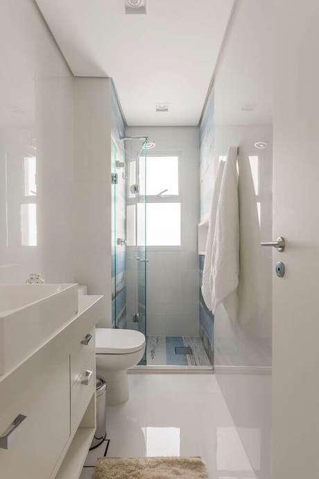 20. Banheiro pequeno planejado com box de vidro sanfonado e azulejo estampado – Foto: Idealizzare Arquitetura