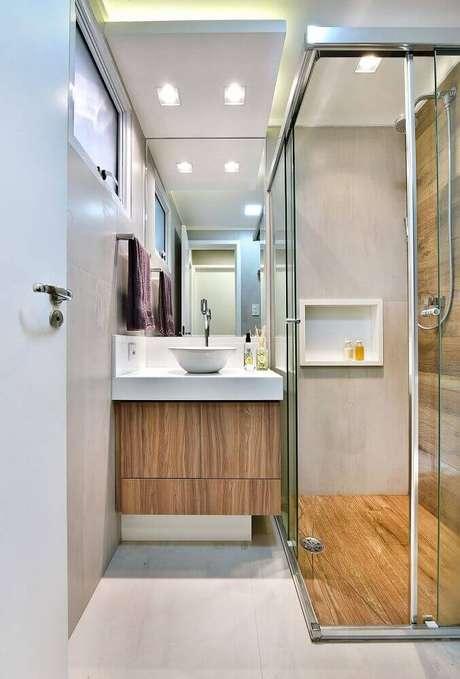 3. Decoração para banheiro pequeno planejado com armário de madeira – Foto: Tetriz Arquitetura