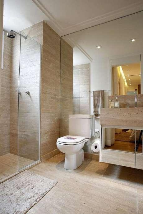 24. Decoração em tons de bege com modelo espelhado de armário de banheiro planejado – Foto: BY Arq&Design
