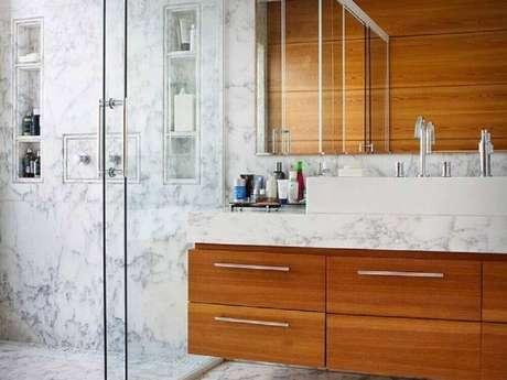 25. A madeira trás aconchego para a decoração do banheiro planejado moderno – Foto: Fernanda Marques