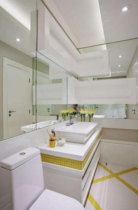 26. No banheiro pequeno planejado procure colocar cores em pequenos detalhes – Foto: Iara Kílaris