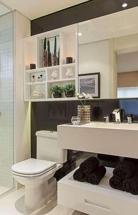 28. Decoração com parede preta e armário de banheiro planejado branco – Foto: Sandra Fernandes
