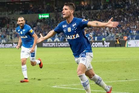 Thiago Neves comemora gol do Cruzeiro