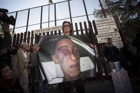 Ilaria Cucchi com uma foto da autópsia de seu irmão, Stefano