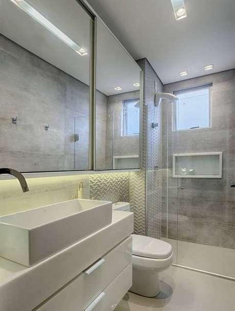 29. Tons de cinza são perfeitos para a decoração de banheiro planejado moderno – Foto: Pinterest