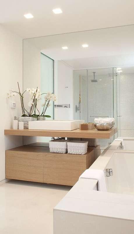 30. Decoração clean com armário planejado em madeira para banheiro com banheira – Foto: Nar Dolap