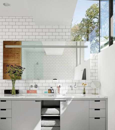 32. O subway tile também é muito utilizado como revestimento em banheiro planejado moderno – Foto: Aaron Guides