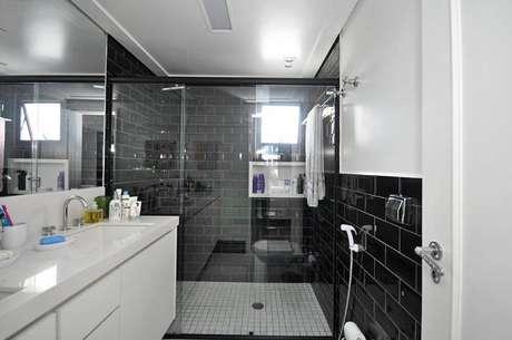 34. Decoração com azulejo preto para banheiro planejado moderno – Foto: Condecorar Arquitetura e Interiores