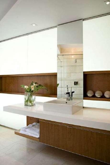 35. Decoração com detalhes em madeira para banheiro planejado moderno – Foto: Archilovers