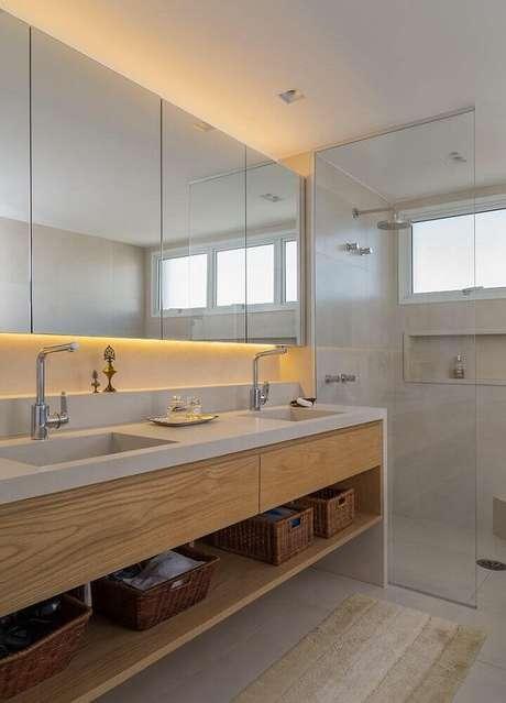8. Cestos e caixas organizadoras são indispensáveis para manter a organização no armário de banheiro planejado – Foto: Aaron Guides