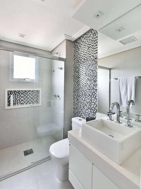 37. Decoração com pastilhas preto e brancas para banheiro pequeno planejado – Foto: Tetriz Arquitetura e Interiores