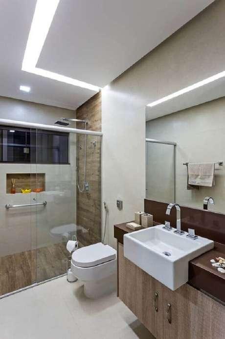 38. Decoração com revestimento que imita madeira para banheiro planejado – Foto: Pinterest