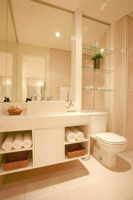 39. Decoração em tons de bege para banheiro planejado moderno com prateleiras de vidro – Foto: Pinterest
