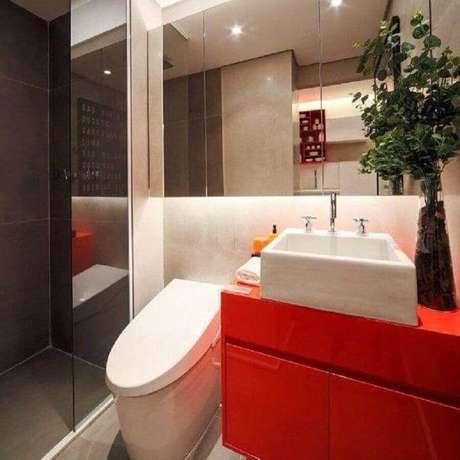 41. O banheiro pequeno planejado também pode receber cores mais fortes e vibrantes na decoração – Foto: Chris Silveira