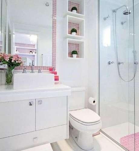 43. As pastilhas cor de rosa trouxeram feminilidade para a decoração clean do banheiro pequeno planejado – Foto: Pinterest