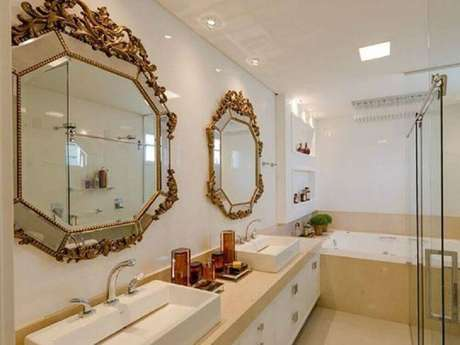46. Decoração para banheiro planejado com espelho estilo provençal – Foto: Adriana Piva Arquitetura
