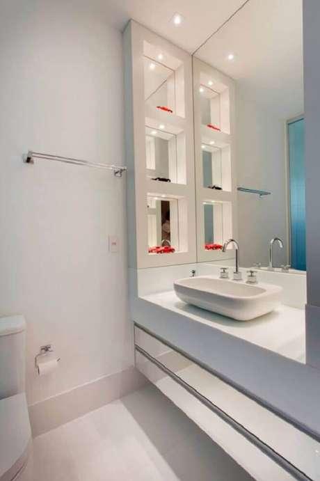 47. Decoração com modelo espelhado de armário planejado para banheiro – Foto: Leather Finish