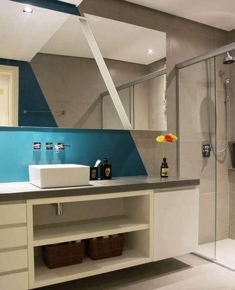 51. Decoração para banheiro planejado moderno com parede azul e cinza – Foto: Pinterest