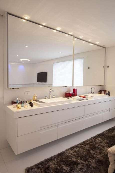 52. O tapete deu bastante sofisticação para a decoração do banheiro planejado – Foto: Sandra Sanches