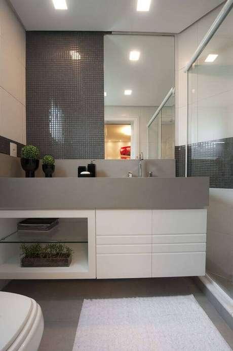 53. Decoração para banheiro pequeno planejado em tons de cinza – Foto: Pinterest