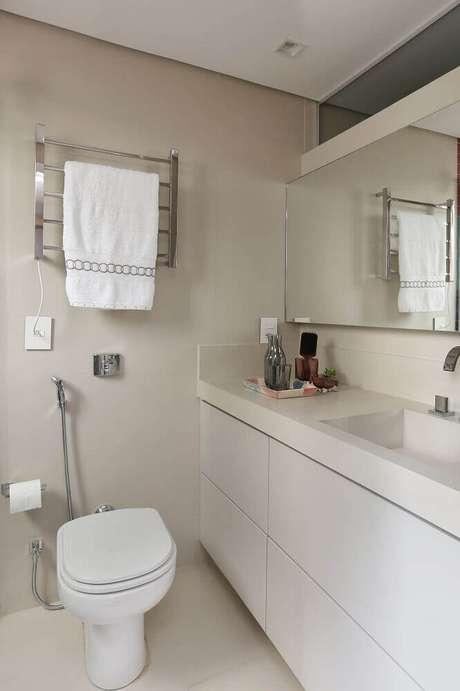 55. Decoração simples para banheiro pequeno planejado todo branco – Foto: Quattrino Arquitetura
