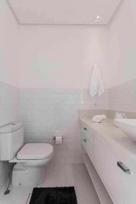 56. Banheiro pequeno planejado com decoração simples e azulejo branco – Foto: Idealizzare Arquitetos