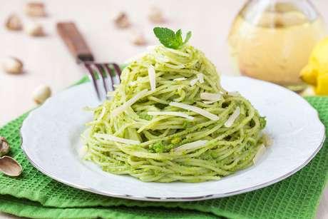Espaguete de pupunha ao pesto de avocado e manjericão