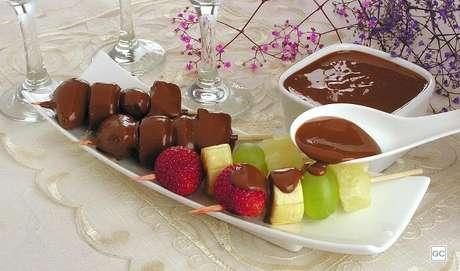 12. Espetinho de frutas com chocolate: a combinação de frutas com chocolate não tem erro e receita mais rápida que isso não existe! Faça sempre!