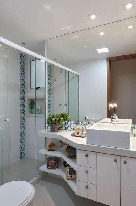 58. Modelo de armário de banheiro planejado pequeno – Foto: Cyntia Sabat
