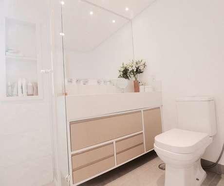 65. Decoração com móveis planejados para banheiro todo branco com gavetas na cor creme – Foto: Glaucio Gonçalves