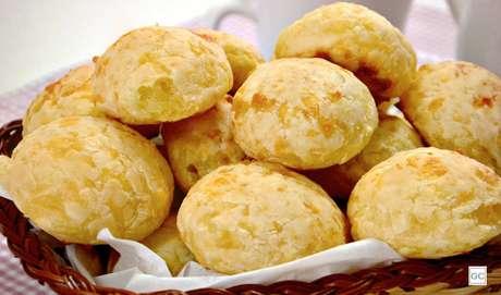 20. Pão de queijo simples: se bateu aquela fome no meio do dia, esse pão de queijo é opção simples e fácil de fazer!
