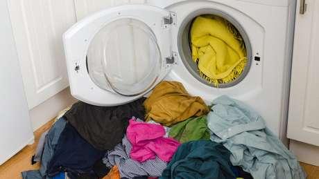 Lavar uma quantidade maior de roupa ajuda a liberar menos fibras, porque o atrito tende a ser menor