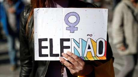 """Mulheres dizem estar sendo agredidas por ostentar adesivos da campanha """"Ele Não"""""""