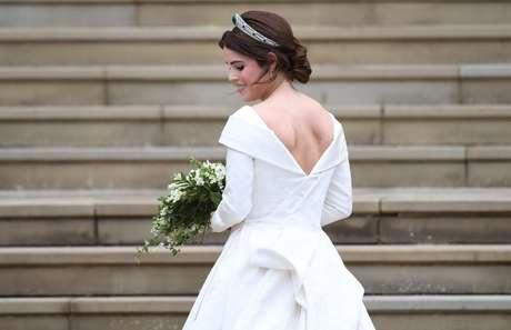 Princesa Eugenie de York chega para a cerimônia de casamento, no Castelo de Windsor, com as costas à mostra