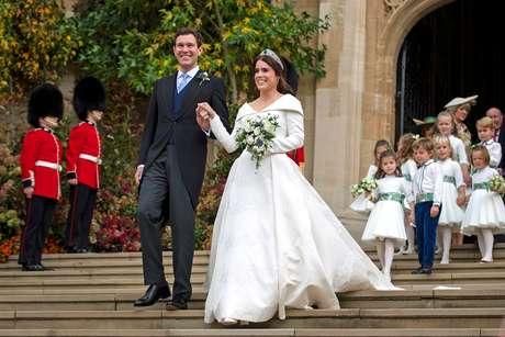 Princesa Eugenie e seu marido Jack Brooksbank do lado de fora da capela  de São Jorge, no Castelo de Windsor, após a cerimônia, Reino Unido, 12/10/2018 Victoria Jones/Pool via REUTERS