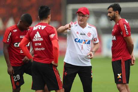 Dorival Júnior em conversa com os atacantes Uribe, Henrique Dourado, eLincoln (Foto: Gilvan de Souza/Flamengo)
