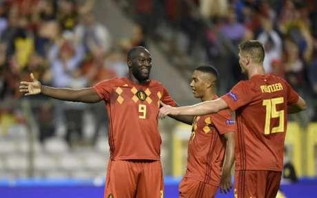 Lukaku comemora com os companheiros. Atacante chega a 45 gols pela seleção belga (Foto: John Thys / AFP)